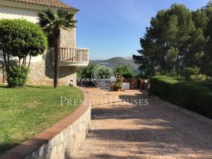 Villa con piscina y gran jardín rodeada de naturaleza ...
