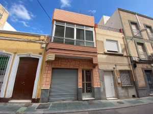 Casa de dos plantas + Garaje para 4 vehiculos!!
